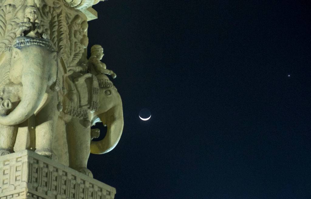 Crescent Moon and Venus planet makes a close encounter in the sky