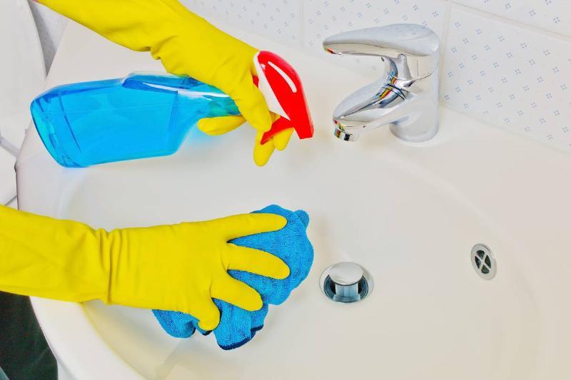 Das Waschbecken eines Badezimmers wird gereinigt.