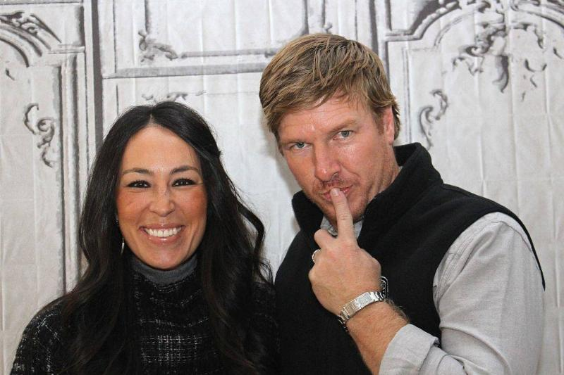 Joanna Gaines and Chip Gaines posing for a photo