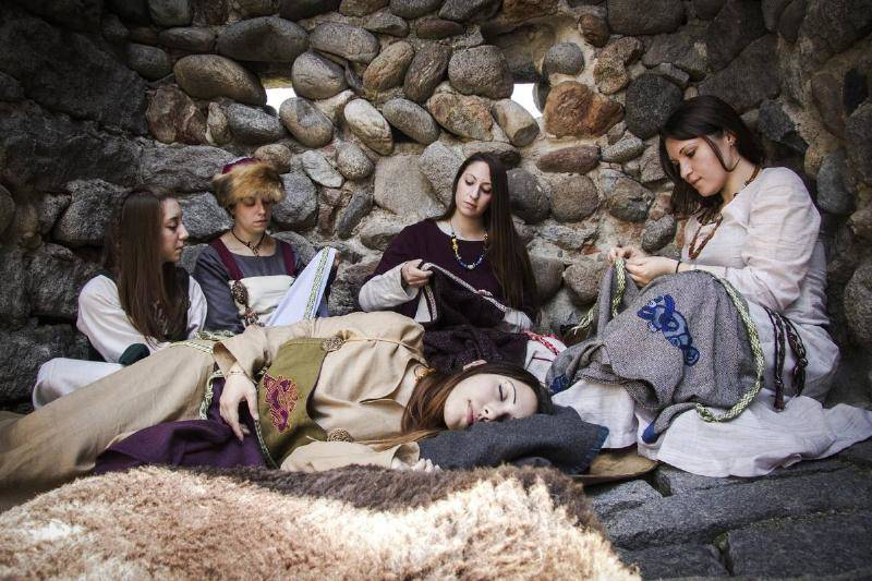 women-embroidering-in-a-viking-village.-95208